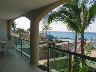 Caribbean Seafront, family friendly 2 bdrm condo 1 block to restaurants & shops