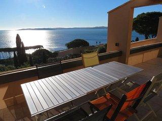 3 pieces climatise, vue mer spectaculaire, piscine et acces direct a la plage