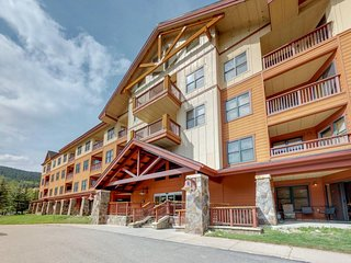 NEW LISTING! Walk to the lifts from this condo w/shared sauna, hot tubs & gym