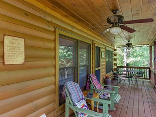 NEW LISTING! Dog-friendly cabin w/hot tub -minutes to downtown dining & shopping