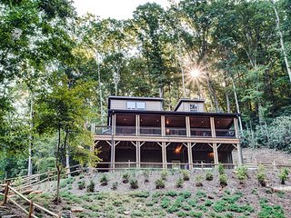FishTop Cabin; Luxurious, Saluda, lakes, Hot Tub, fire-pit! TIEC-Horse shows.