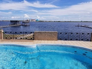 *PRIVATE POOL* BAYFRONT* 3 BR* Sleeps 10