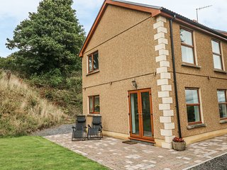 CAEMAWR FARM, open-plan, pleasant views, Llanelli