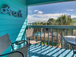 NEW LISTING! Beautiful condo w/ shared pools, full kitchen, and free WiFi!