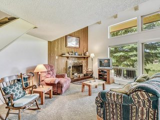NEW LISTING! Comfortable condo w/loft & fireplace -near ski, lakes, golf & more