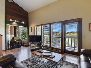 NEW LISTING! Spacious condo w/mountain views near golf, lake, skiing