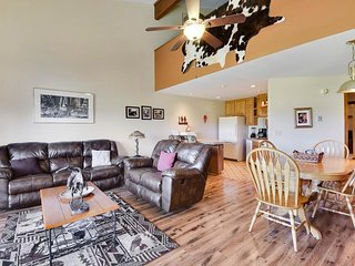 NEW LISTING! Spacious, condo w/mountain view near golf, lake, skiing