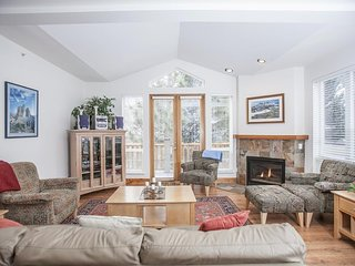 NEW LISTING! Bright corner condo w/deck, views & shared hot tub -walk to lifts