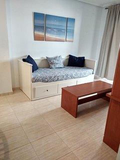 Sofá cama de dos plazas en el salon