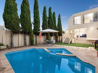 Esplanade Escape - Luxury Mornington Retreat with pool, spa, games room, opposit