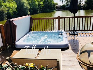 Tally Ho 3 Luxury Let Prime Rudd Lake location with hot tub and private fishing.