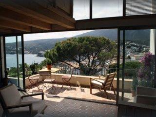 Preciosa casa contemporánea en el centro de Cadaqués.  Vistas al mar y al pueblo