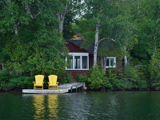 Water's Edge, one of four cottages owned by Stillwater Cottage on Clear Lake