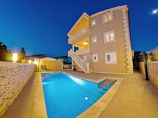 Villa for up to 14 people with private pool and sea view, near the beach