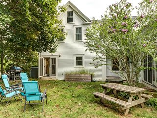 Bright, colorful house - walk to the beach, restaurants, galleries, and more!