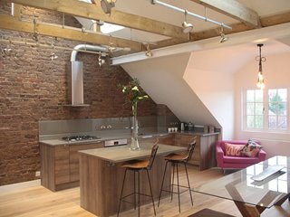 Contemporary, NY-style 2 Bed Loft in West London