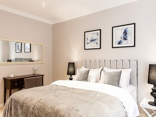 SUPERB LOCATION*STUNNING SUITE*3bed2bath*REFURBISHED*QUIET*CLEAN*SAFE*COVENTGARD