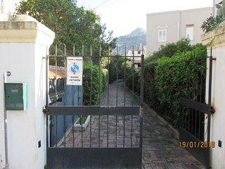 Cancello esterno di accesso alla struttura.