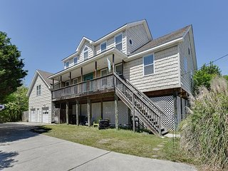 Sleeps 21. Pool, Pool Table,and Shuffleboard! Close to the beach!