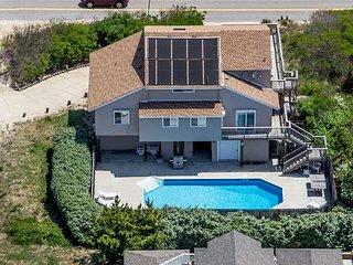 Beach Beauty with amazing pool close to the beach!Pet friendly!