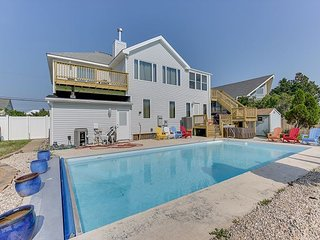 6 bed 3 baths, Dock, Pool, Hot Tub, Pool Table, Pet friendly! Sleeps 21