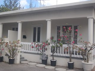 Chadville Beach House Sleeps 2-5/WiFi/AC/On Beach/Breakfast Basket Incl