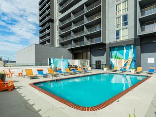 NEW LISTING! Downtown condo w/city views, shared pool & gym -walk to everything