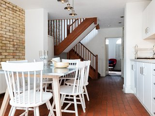 Red Brick Townhouse- beautiful home for four