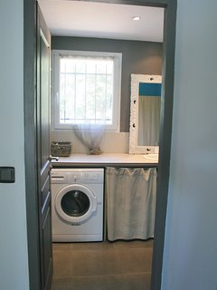 La SDB avec grande douche et lave-linge. Grande penderie.