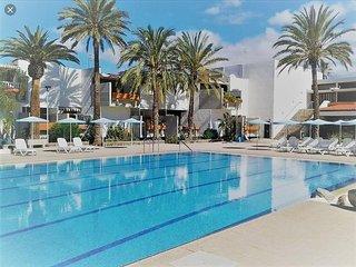 Bonito piso con piscina en zona privada.Coche al.mejor precio.
