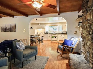 Austin Landing - Fun, Upbeat Cottage! Redwoods, Hot Tub, Close to the Coast!