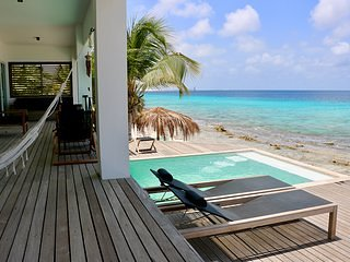 Sunset Beach House Bonaire Oceanfront villa in upscale part of the island., holiday rental in Belnem