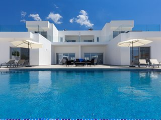 VILLA GRAND VISION, 8 Bed, 8 Bath, Stunning Views, Perfect For Large Groups