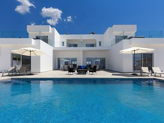 Grand Vision - 8 Bedrooms, 8 En suites, Stunning Views, Infinity Pool & Hot Tub