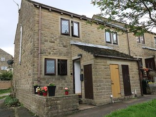 CHANGEGATE COTTAGE, open-plan, 2 dogs welcome, in Haworth