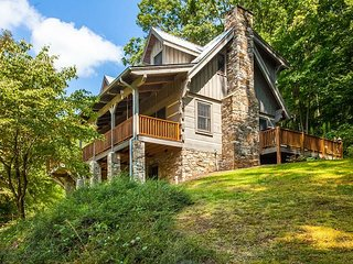Charming 4BR Mountain Retreat Tucked Amongst the Trees w/ Spacious Deck