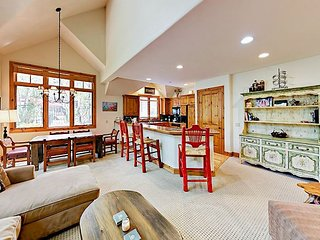 Chic 3BR in Exclusive Arrowhead Village - Private Lift, Pool, Spa & Fire Pit