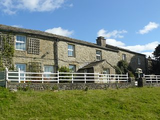 Low Shaw, Farmhouse, fabulous Dales house nr Hawes, sleeps 8/10, dog-friendly