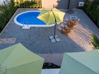 ctbm175 - Beautiful new private heated outdoor pool! Free parking and Wi-Fi in B