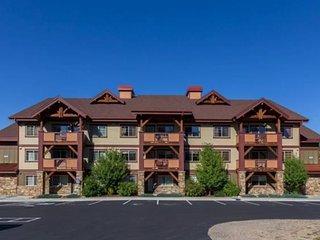 NEW LISTING! Cozy condo w/balcony, shared pool, hot tub, gym - gondola to slopes