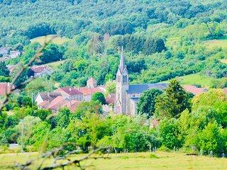 Zicht op het centrum van Vicq, onze Presbytère is links van de kerk gelegen.