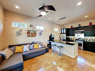 Walk to Hip Rainey Street! 2BR East Austin Pad, Minutes to Lake & Downtown