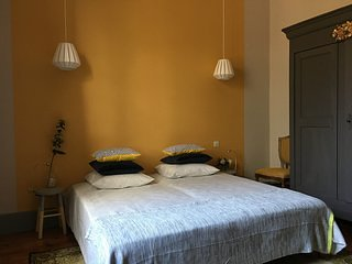 Spacious comfortable room in the heart of Provence