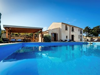 Casale dei Poeti is a villa for 12 people looking for a place of peace and quiet