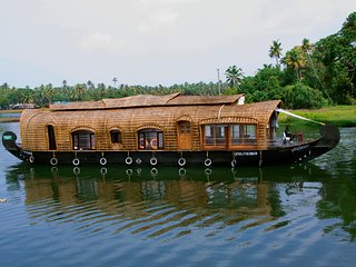 Lake Queen House Boats 1