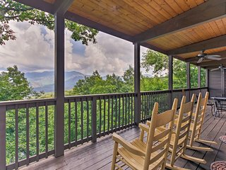 NEW-'Chateau Sur Lamont'-Gatlinburg Home w/Hot Tub