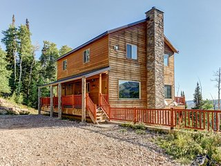 Cozy ski home w/ deck & game room just 1 mile to Brian Head - great for groups!
