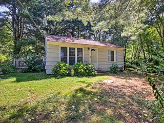 Peaceful Cottage - 3 Miles to Narragansett Beach!