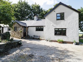 GARTH COTTAGE, woodburner, dog friendly, Denbigh