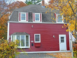 Little Red House: Close to Gloucester's historic Stage Fort Park & beaches